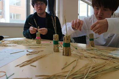 授業・実習風景 藁を用いて。何のための人形かな?