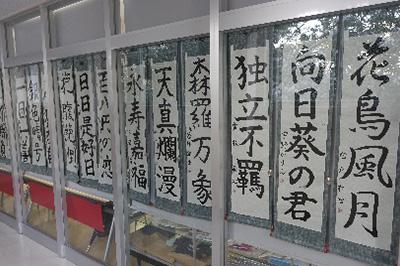 授業・実習風景 授業での作品を学生ラウンジに展示している様子です