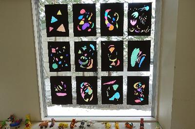 授業・実習風景 教育学部の入口に展示している様子です