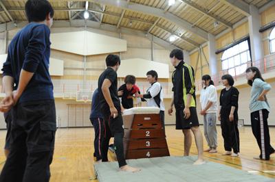 授業・実習風景 跳び箱の「ほう助」を学んでいます