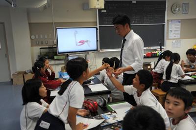 授業・実習風景 筋肉の動きを模型や映像を用いて理解します